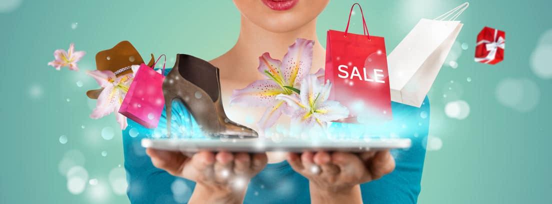 """Mujer sujetando una tablet de la que salen imágenes de ropa, calzado y bolsa con la palabra """"sale"""""""