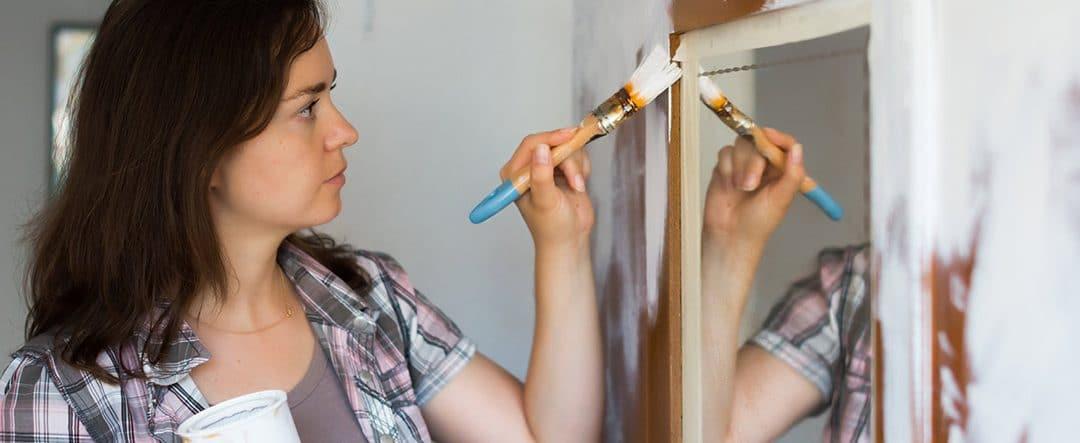 ¿Cómo pintar un armario oscuro de blanco?