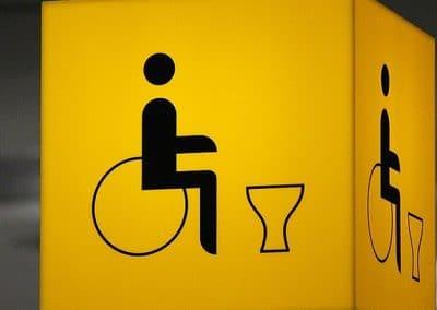 Cartel informativo de baño de discapacitados o minusválidos
