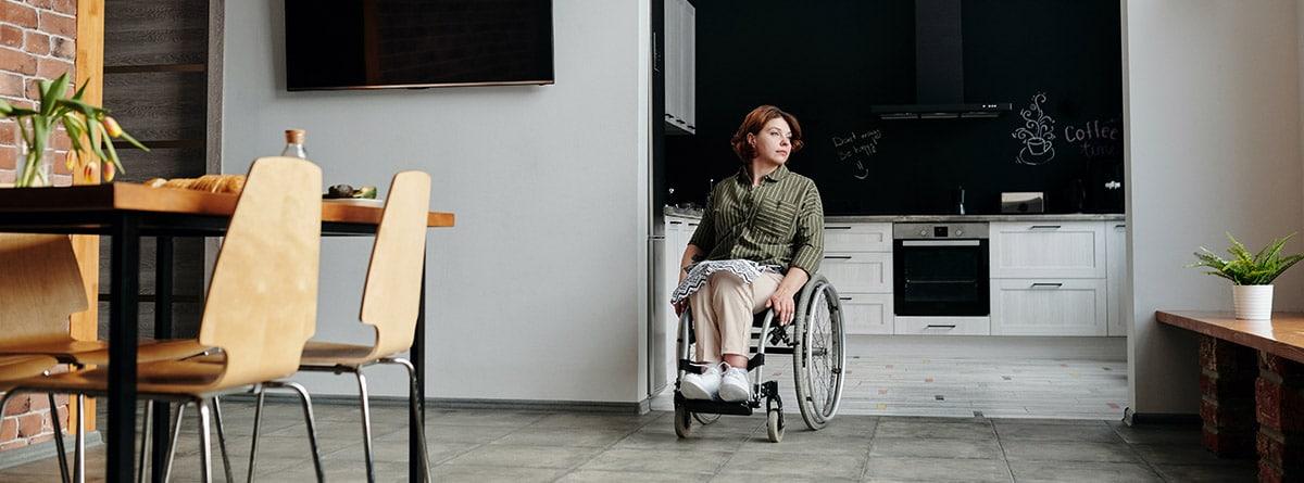 mujer en silla de ruedas en casa