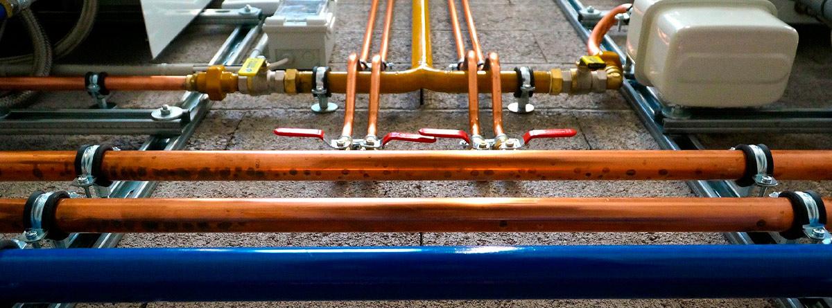varias tuberías de colores colocadas en paralelo.