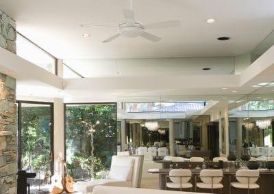Gran salón con ventilador de techo moderno en blanco