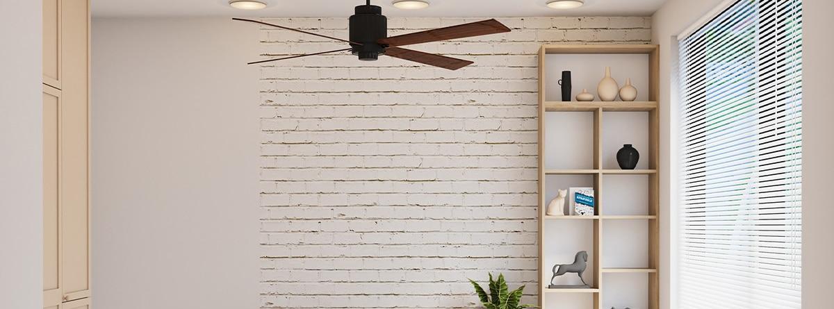 Ventilador de techo en madera en una estancia blanca