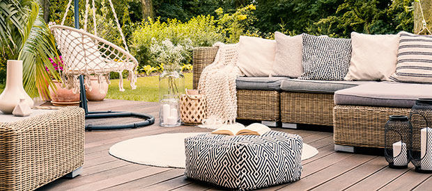 patio con jardín y sofas en el exterior
