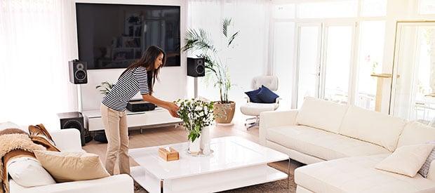 mujer decorando salon