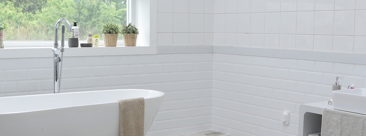Paredes de piezas cerámicas en cuarto de baño