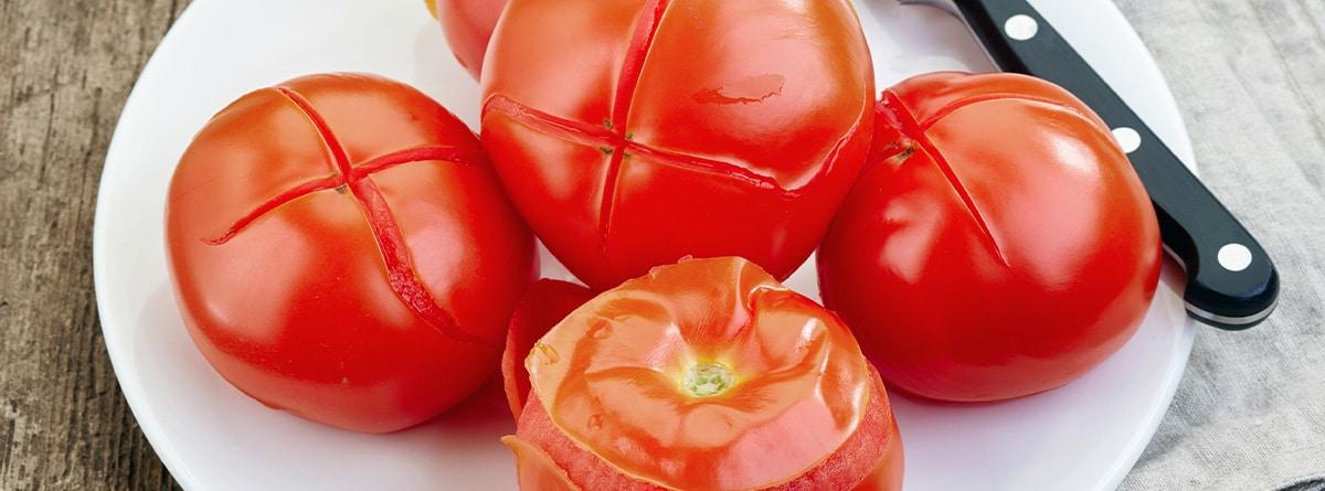 Tomates con corte en forma de cruz sobre un plato