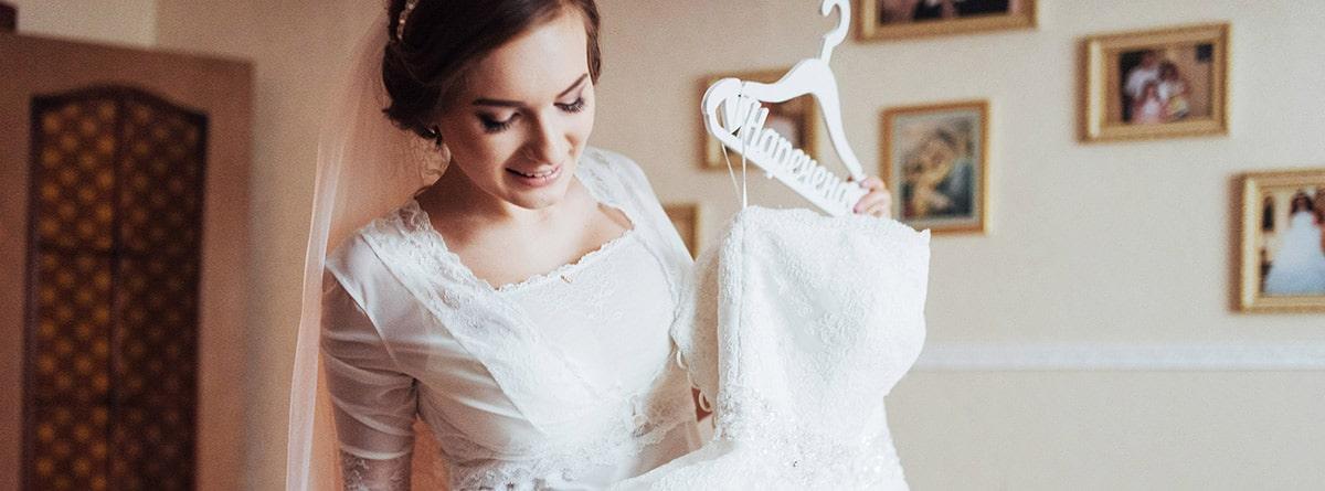 Mujer sujetando un vestido de novia