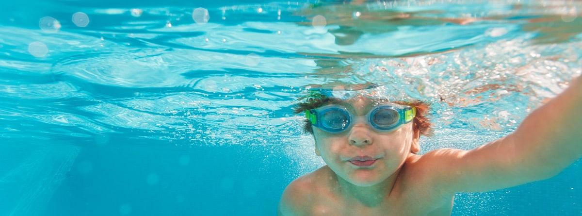 Niño buceando en una piscina