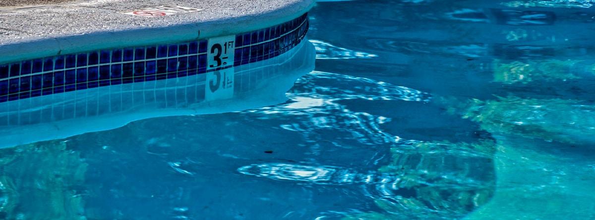 Bordillo de una piscina irregular
