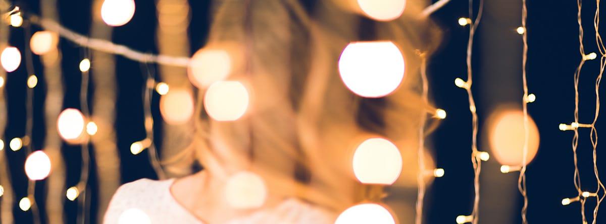 Mujer dentro de una guirnalda de luces