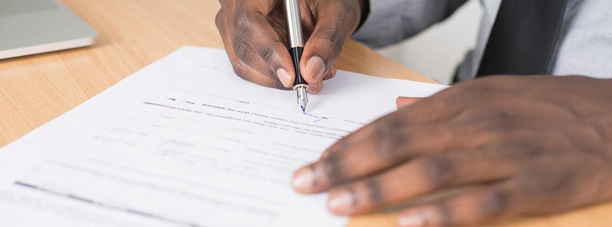 Persona firmando una declaración responsable