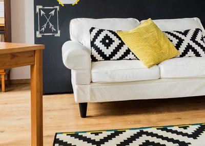 Sala de estar con paredes decoradas con frases