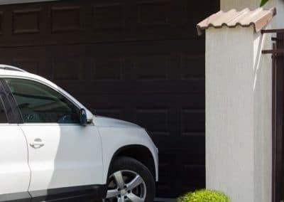 coche en la puerta de un garaje
