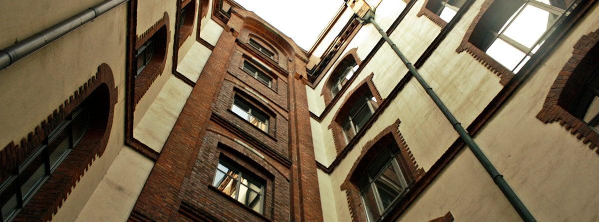 Patio interior de un bloque de pisos