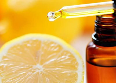 Tarro de aceite junto a una mitad de limón