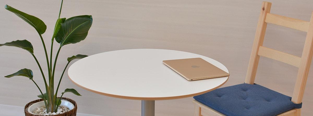 mesa con silla y mesa estilo minimalista