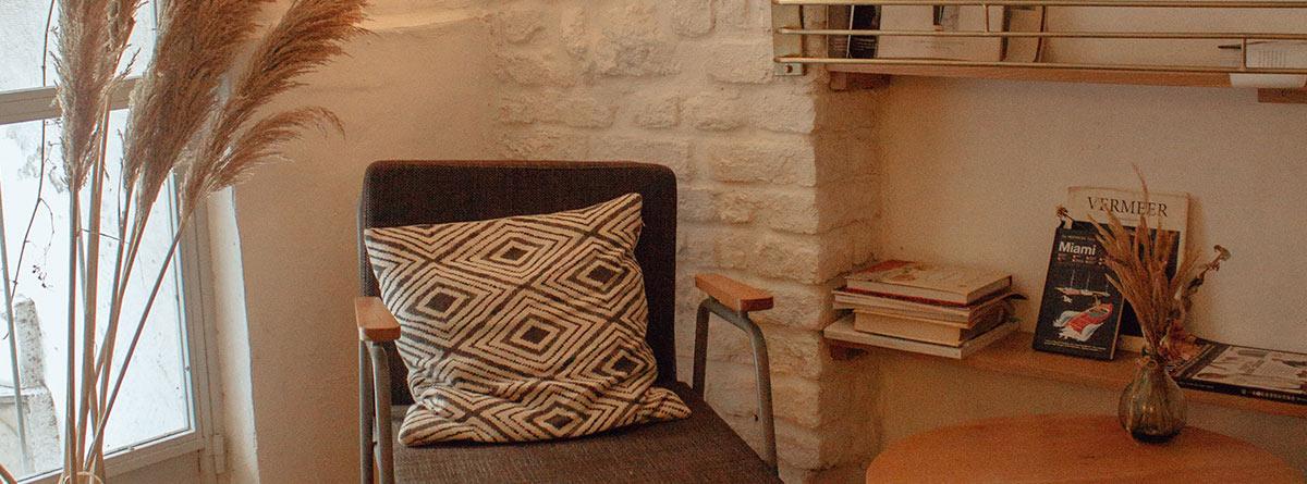 salón estilo sueco con sillón, mesa y puff