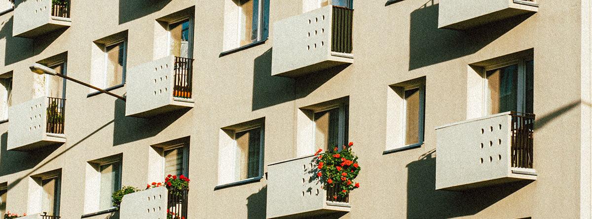 Fachada de un edificio con ventanas y balcones
