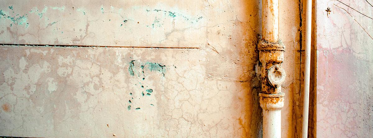 Tubos oxidados y pared en mal estado