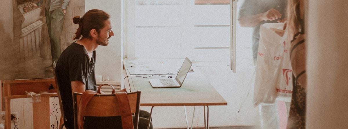 hombre trabajando en un establecimiento con decoración estilo sueco