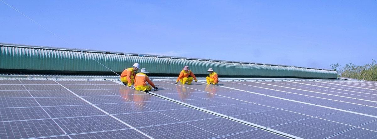 Operarios instalando paneles fotovoltaicos