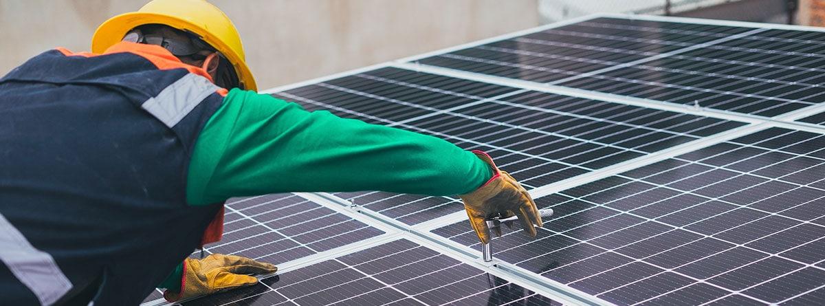 Operario instalando un panel solar